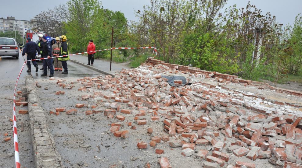 Свидетел на инцидента в Хасково: Срутилата се ограда е подкопана от влага