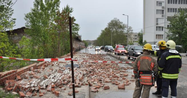 Снимка: 57-годишен е загиналият под рухналата ограда на бивше поделение в Хасково