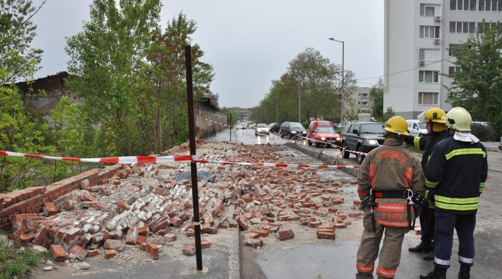 57-годишен е загиналият под рухналата ограда на бивше поделение в Хасково