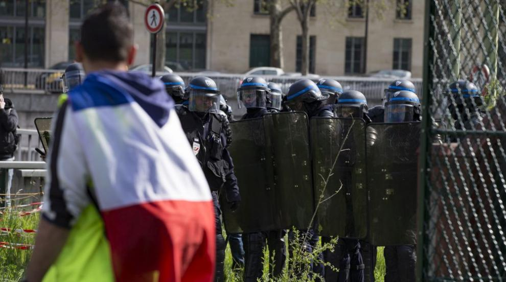 """Сблъсъци и арести по време на протест на """"жълтите жилетки"""" в Париж (ВИДЕО)"""