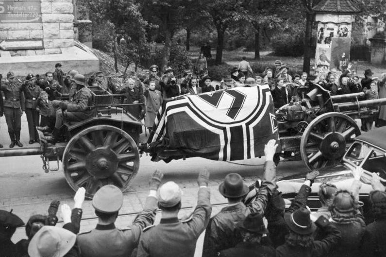 На 27. септември 1944 г. Мартин Борманн изпраща доклад до Фюрера, в който разкрива целия план за покушението от 20. юли същата година. Става ясно, че Ромел също е участвал в него и дори е предложил да заеме мястото на Хитлер след смъртта му.<br /> <br /> На 14. октомври семейният обяд на Ромел е прекъснат от нацистите. Хитлер дава избор на генерала си – да се изправи пред съда или да приеме капсула с цианид и да бъде погребан с почести като герой от войната.