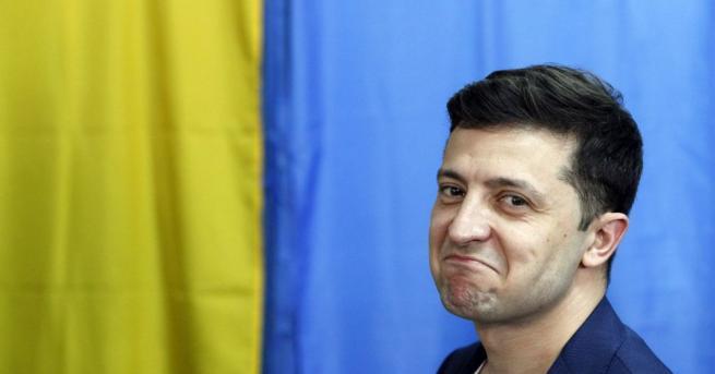 Снимка: Володимир Зеленски показа попълнената си бюлетина, глобиха го