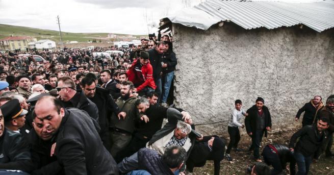 Снимка: Петима задържани, участвали в нападението срещу опозиционния лидер в Турция