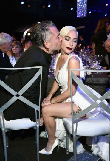 <p><strong>Лейди Гага и Крисчън Карино</strong> - На 19 февруари бе официално потвърдено, че певицата е разтрогнала&nbsp;годежа си.</p>