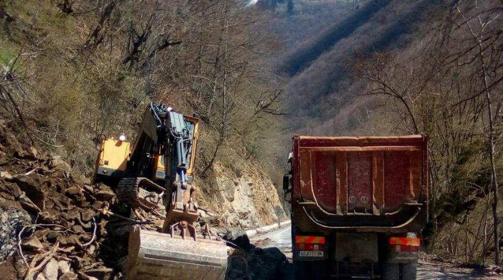 Временно спира укрепването на срутището при Рилския манастир