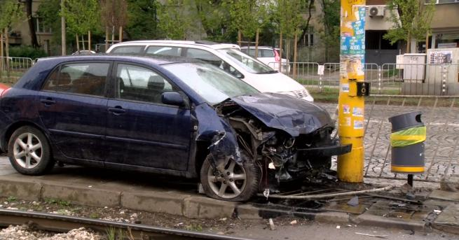 Снимка: Пияна шофьорка се заби в стълб на централен столичен булевард