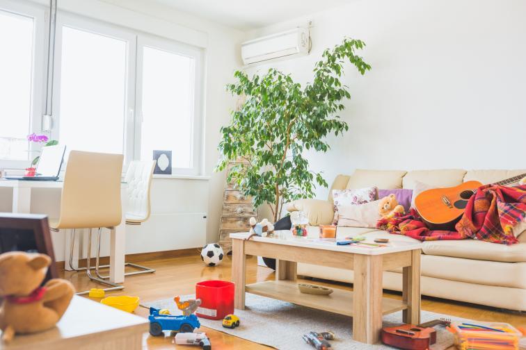 Създайте навик да събирате всичко след себе си. Ако сте се излежавали на дивана в хола, завити с одеяло, то не го оставяйте след това, а го сгънете и приберете отново. Същото важи за чашите или чиниите на холната масичка. Не ги оставяйте за другия ден.