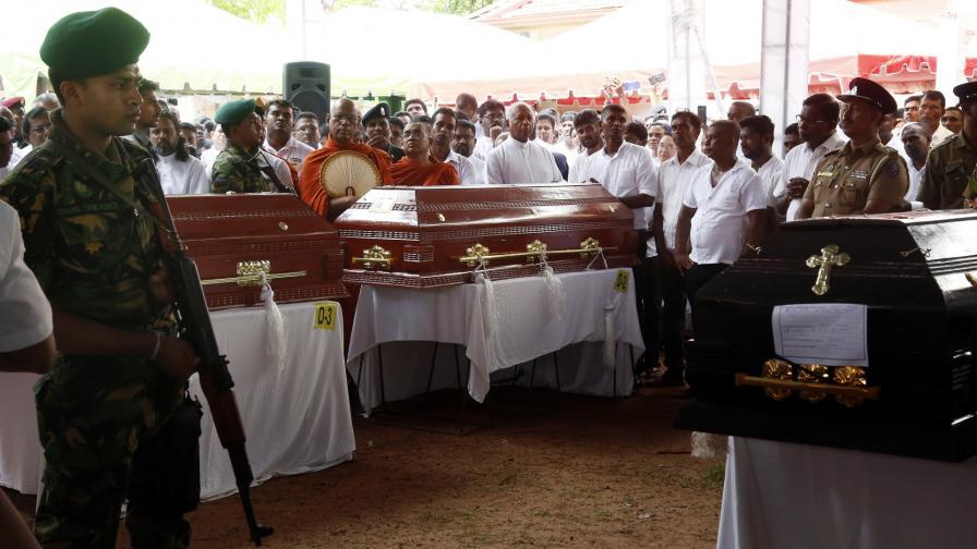 Погребение на жертви на атентатите в Шри Ланка