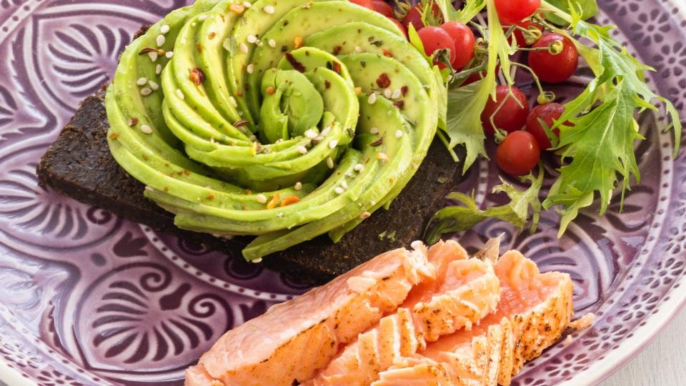 Рецептите на Hell's Kitchen: Авокадо-сьомга руло, домашна срирача-майонеза, микрокълнове и глазирана цикория