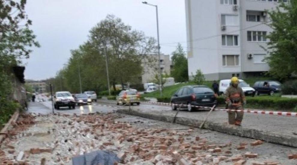 Събарят стената-убиец в Хасково
