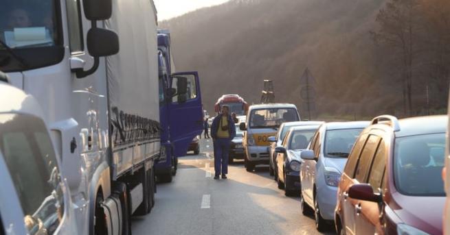 Преминаването на автомобили над 3,5 т е ограничено по Надлез