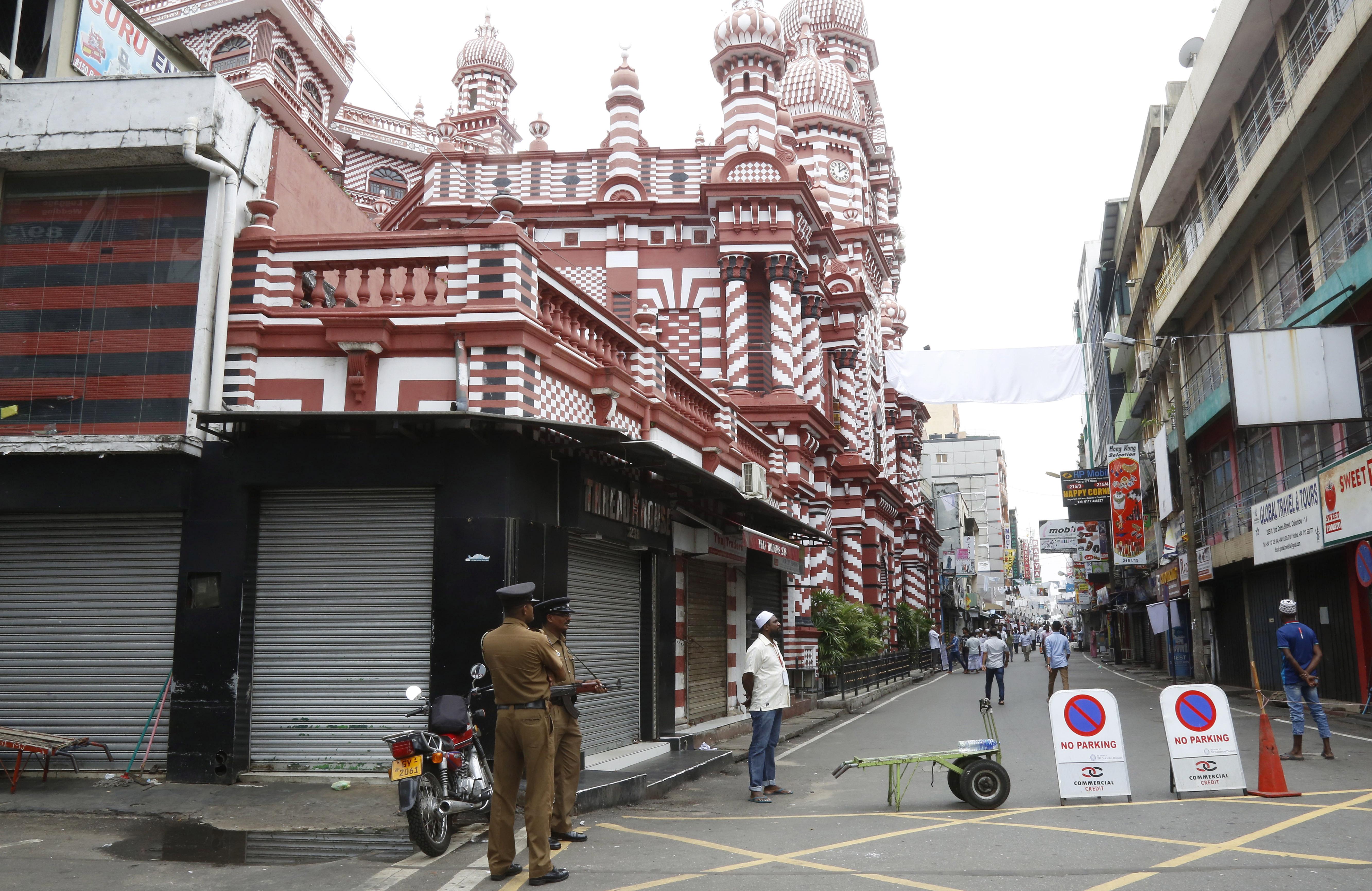 Полицията в Шри Ланка откри 15 тела след престрелка и експлозии в къща на източния бряг. Късно снощи полицейски командоси, подкрепени от армията, обградиха къща в Сайнтамуруту, на 360 км източно от столицата Коломбо, заради подозрения, че е свързана с атентатите на Великден срещу църкви и хотели. Възникнала престрелка, последвана от най-малко три експлозии.