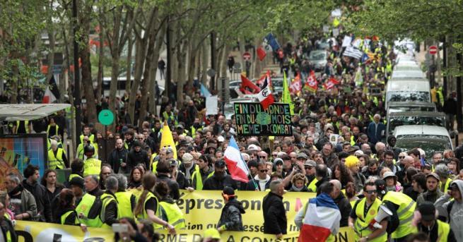 """Снимка: """"Жълтите жилетки"""" и екоактивисти се обединиха в протест в Париж"""