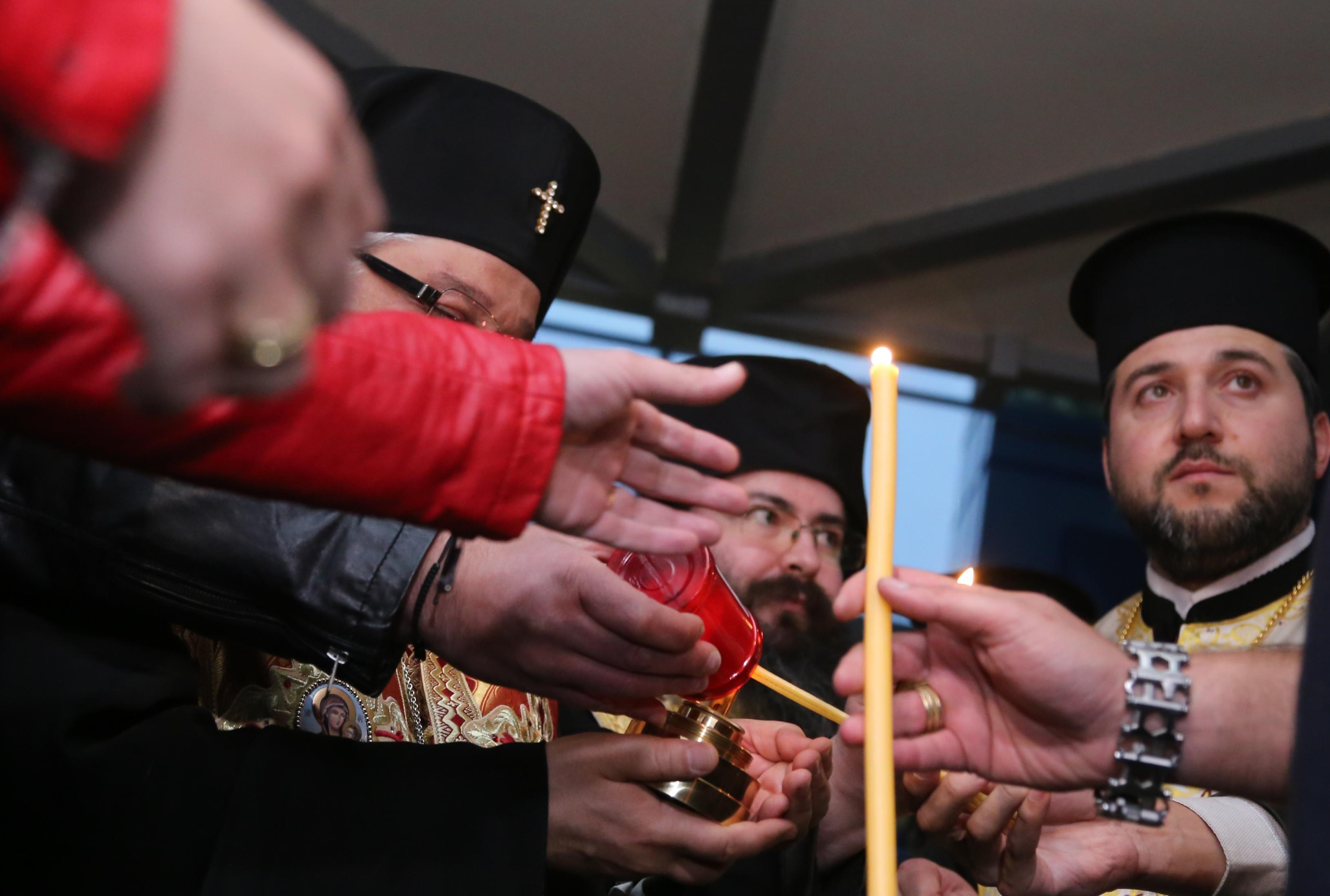 Правителственият фалкон, на борда на който се намира Благодатният огън, кацна на летище София. Огънят пристигна със специални огнеупорни фенера и бе донесен от българската делегация, начело с Негово преосвещенство Старозагорския митрополит Киприян.