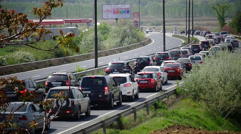 Натоварено движение, тапи и катастрофи в първия ден от уикенда