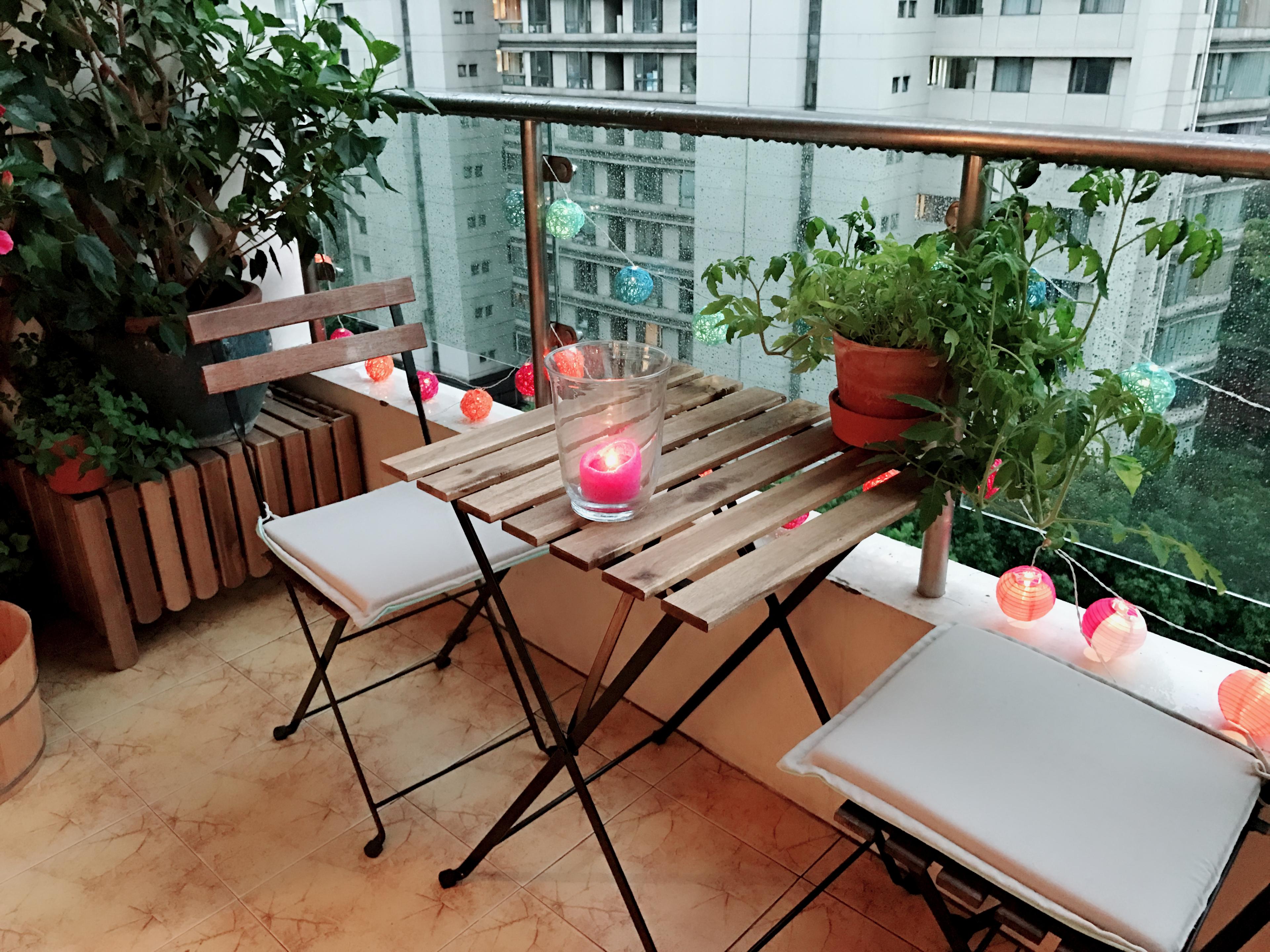 На наемателите е позволено да поставят на балконите столове, пейки, маси или чадъри по свой вкус. Но опъването на тента или тапицирането и облицоването на балкона изискват съгласието на наемодателя. Балконските партита също са разрешени само до 22 часа, но без силна музика, за да не се нарушава спокойствието на съседите.