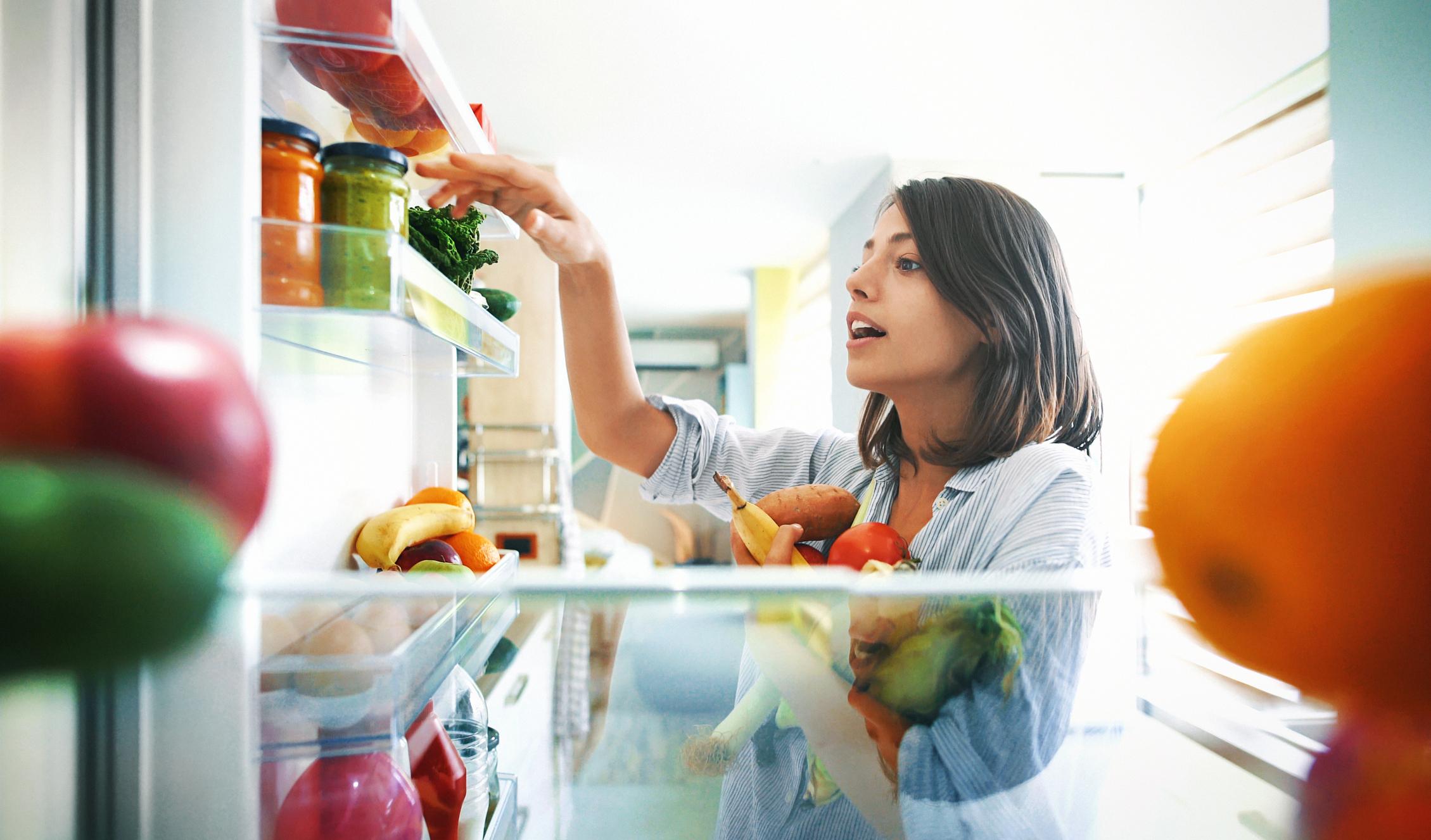 Пренаредете хладилника<br /> В зависимост от това какъв тип хладилник имате подредбата може да варира. Повечето хладилници, чийто фризер е долу, имат големи прозрачни кутии за зеленчуци. Напълнете ги с такива.<br /> Това, което виждаме най-отпред, е по-вероятно да изядем.