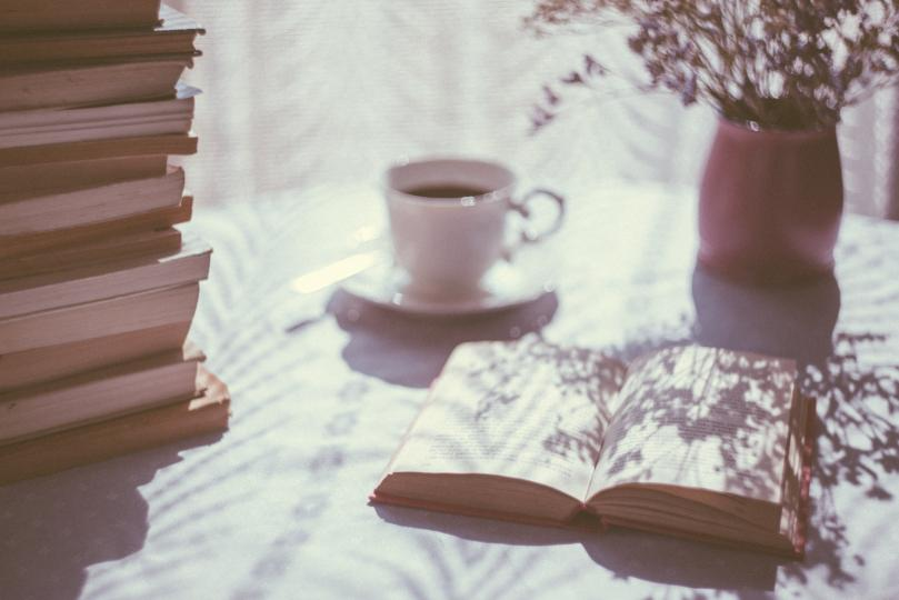 <p>&bdquo;Никога не мога да прочета всички книги, които искам;&nbsp;никога не мога да бъда всички хора, които искам и да живея всички животи, които искам. Никога не мога да се науча на всички умения, които искам. А защо искам? Искам да живея и чувствам всички отсенки, тонове и вариации на умствени и физически преживявания възможни в живота. А съм ужасно ограничена.&nbsp;Целуни ме, и ще видиш колко важна съм.&ldquo;</p>  <p>&nbsp;</p>