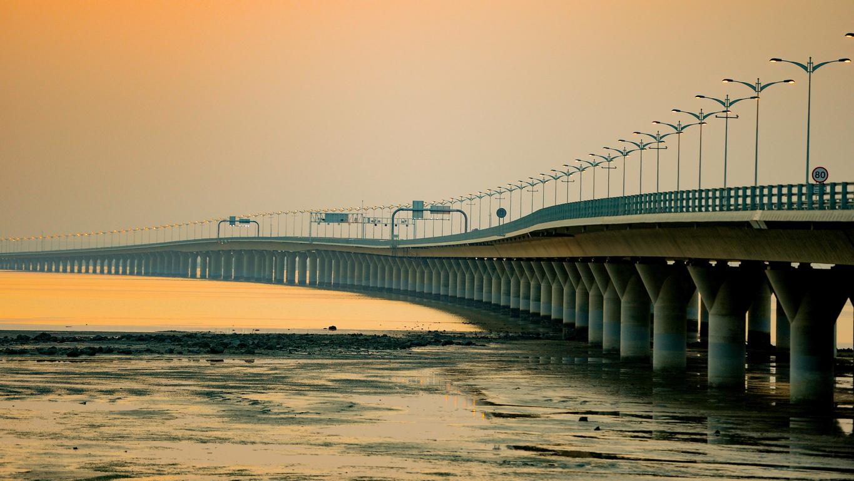 Кувейт откри най-дългия мост в света, който свързва богатата на нефт столица с необитаемия граничен регион, който ще стане най-големия хъб за свободна търговия.