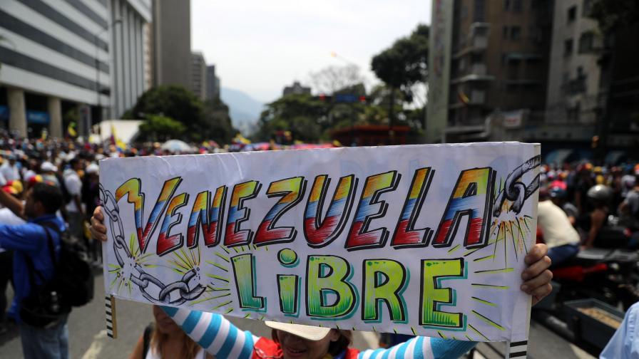 Защо Мадуро все още не е арестувал Гуайдо