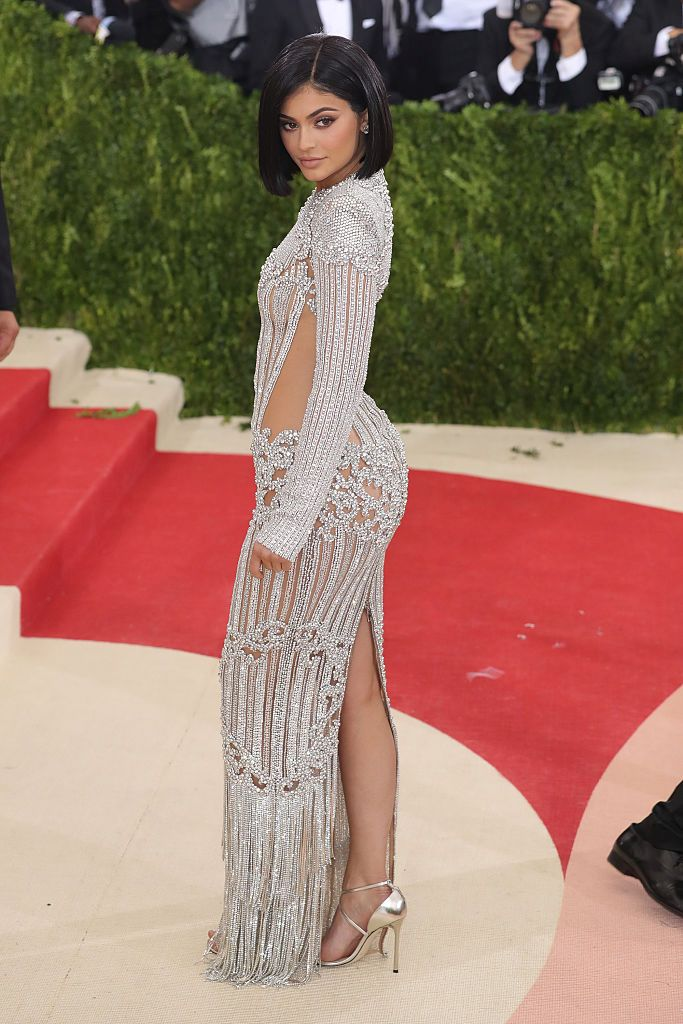 Кайли Дженър през 2016 г. в рокля на Balmain
