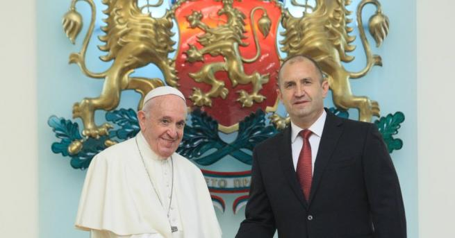 Президентът Радев към папата: Посреща Ви народът на една от