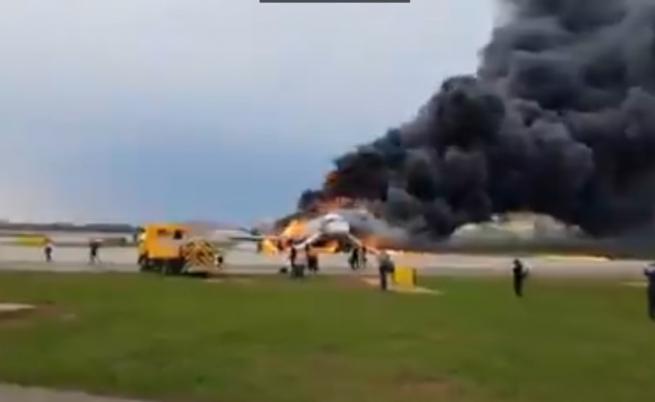 Самолет се запали при кацане в Москва, има загинали