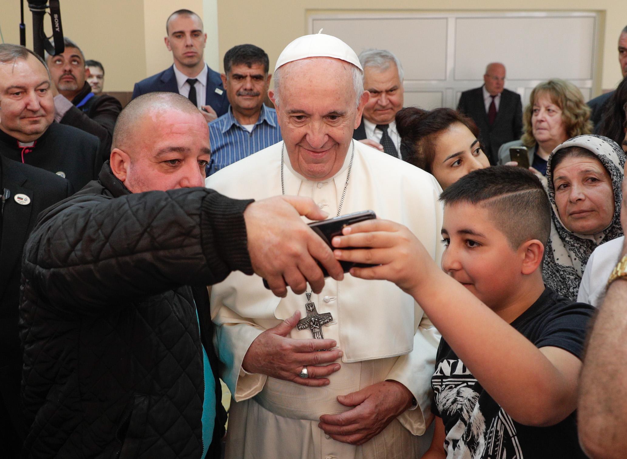 """Вторият ден от апостолическата визита на папа Франциск в България започна със среща с деца от бежанския център """"Враждебна"""". За Светия отец бе изнесена специално подготвена програма."""