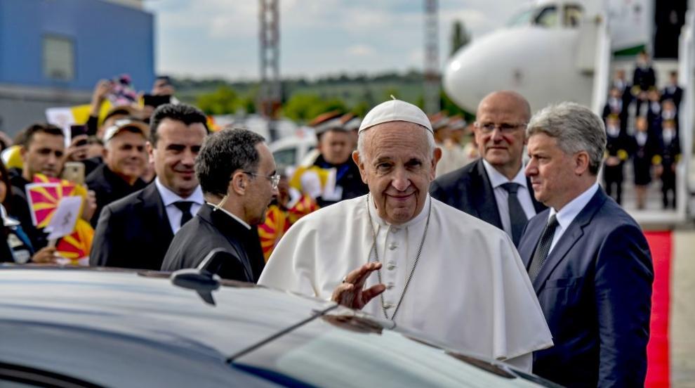 Папа Франциск пристигна в Северна Македония (СНИМКИ/ВИДЕО)