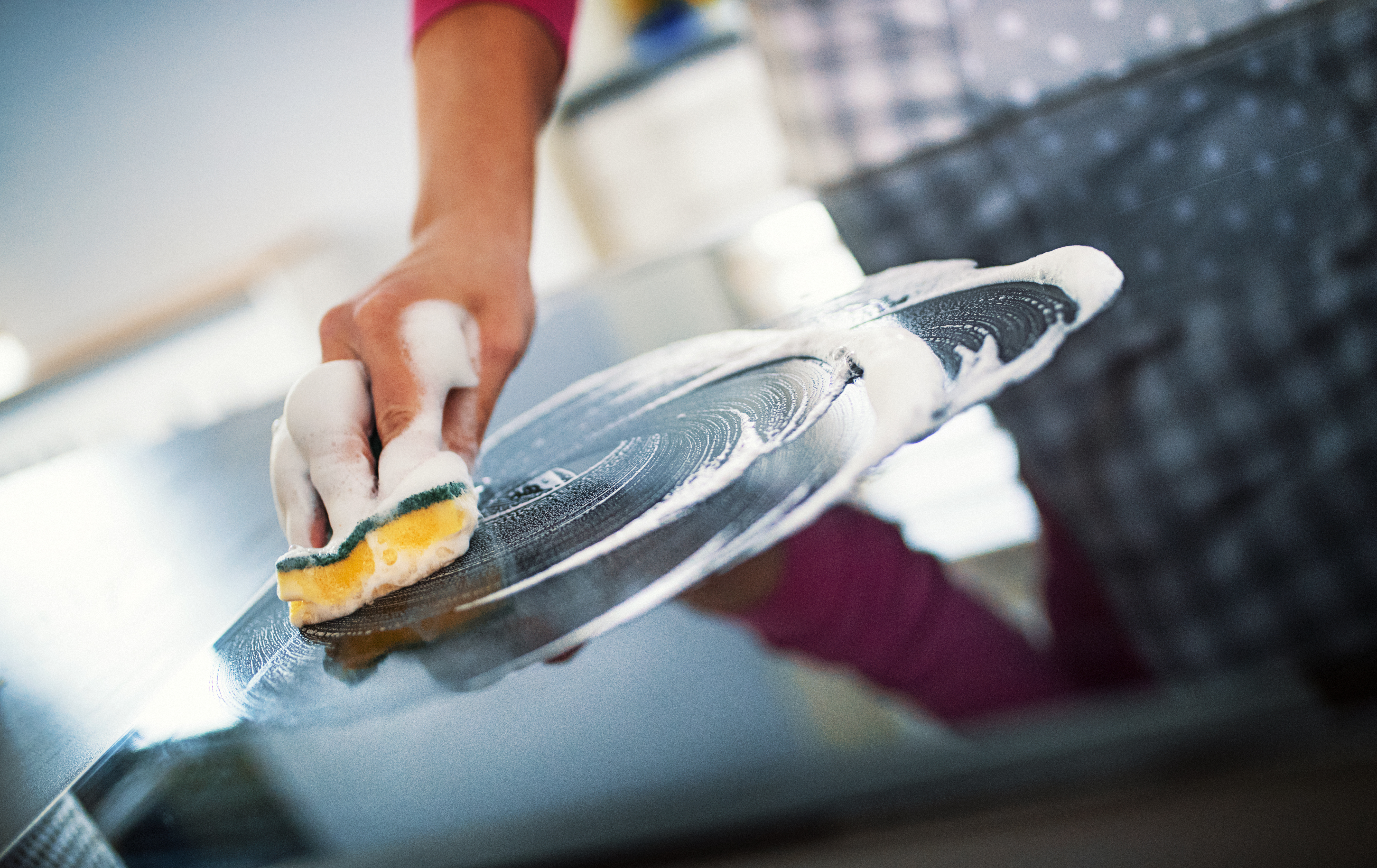 Плотът.<br /> Кухненският плот е мястото където се приготвя голяма част от храната, която се яде вкъщи. Точно поради тази причина той трябва да е най-чист. Забърсване с мокра гъба или суха салфетка изобщо не е достатъчно. След всяко приготвяне на храна на кухненския плот трябва да го пръскате с дезинфектант и да го почиствате.