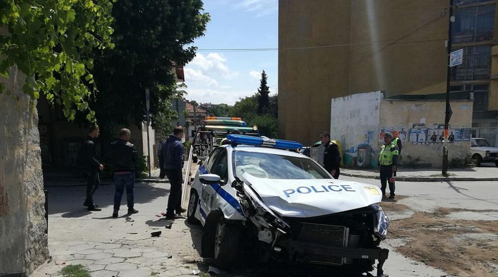 Кола блъсна патрулка в Сандански, двама полицаи са ранени (СНИМКИ)