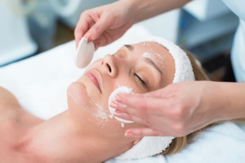 <p><strong>1. Ексфолирайте кожата -</strong>&nbsp;Красивият грим е редно да върви в комплект с&nbsp;добра грижа за кожата. Премахнете мъртвите клетки и изгладете кожата с&nbsp;подходящ ексфолиант и нежни кръгови движения.</p>