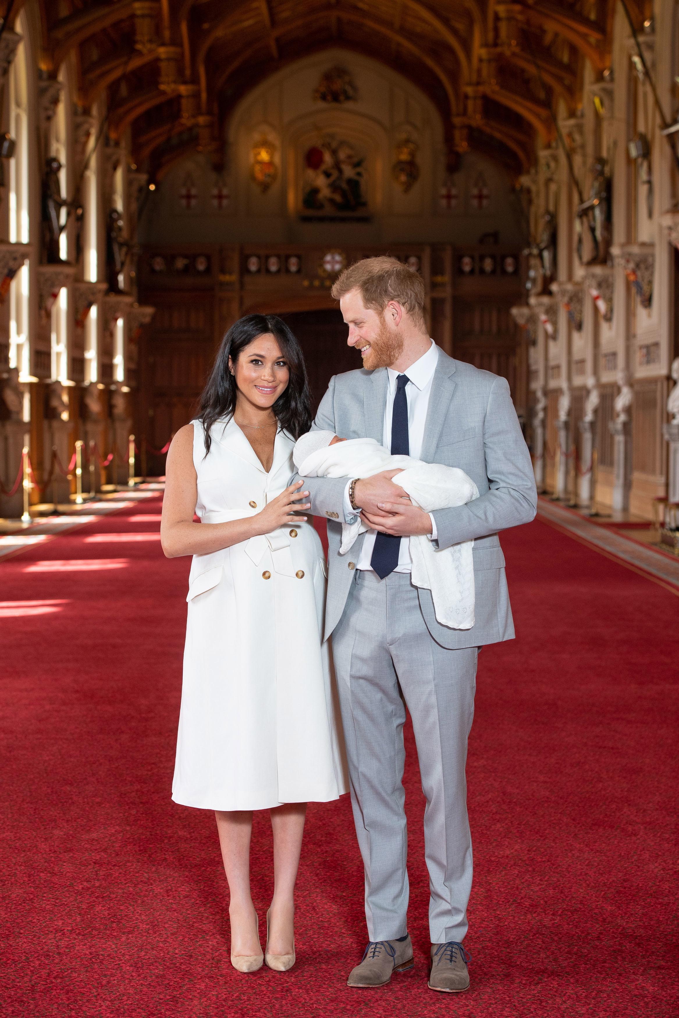 """""""Ние наблюдаваме как ще промените ще се случат в следващите шест месеца. Но неговия външен вид се променя всеки един ден, така че кой знае.""""<br /> Новороденото седмо в реда за короната, но няма веднага да стане принц. Най-вероятно то ще носи титлата херцог на Съсекс, тъй като е първородното мъжко дете на двойката."""
