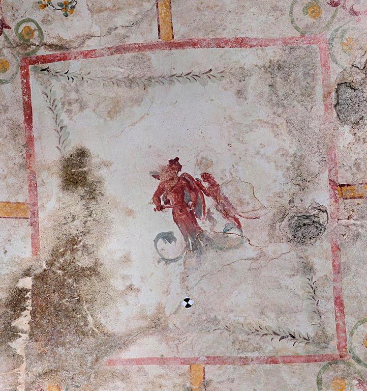 Помещението е украсено с фрески, които са на повече от 2000 години