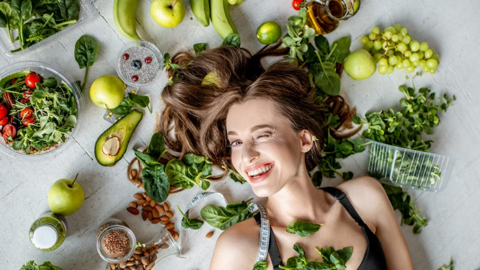 храна пролет жена сьомга салата