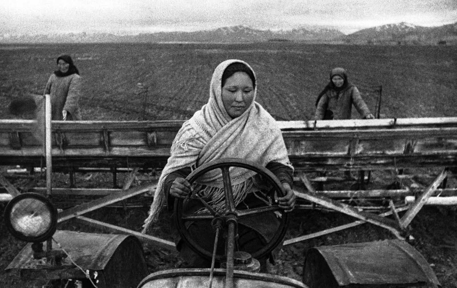 26 август 1942 г., Киргизстан: Жени поемат работата на своите бащи, братя и съпрузи, изпратени на фронта.