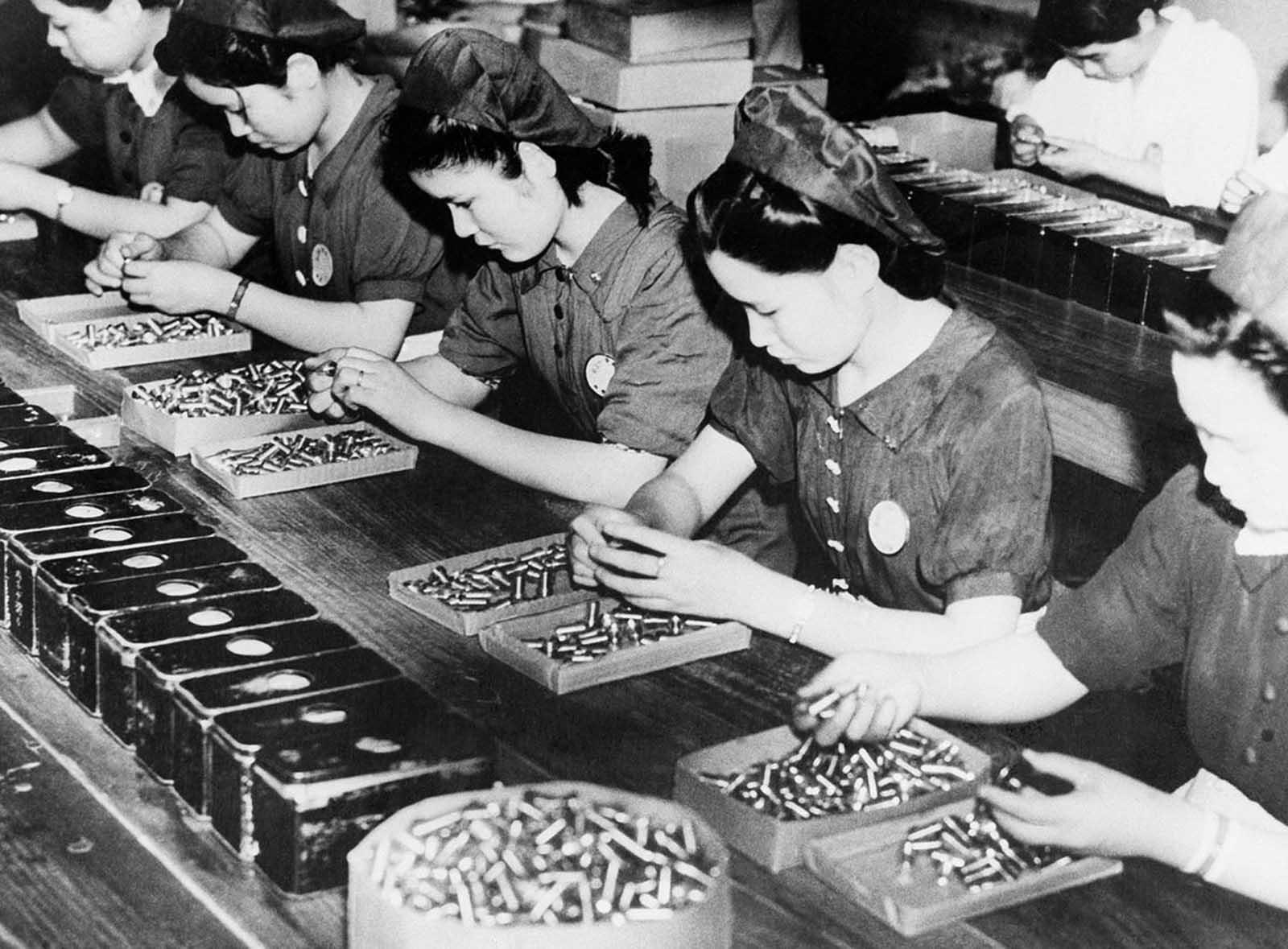 30 септември 1941 г.: Жените в японска фабрика проверяват празните гилзи за вероятни дефекти