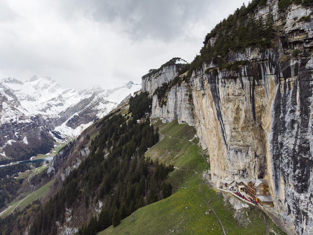 Той впечатлява с невероятна гледка от 1454 м. надморска височина, но не е за всеки – все пак е кацнал върху склона на отвесна скала и придвижването до него става с помощта на влакче.