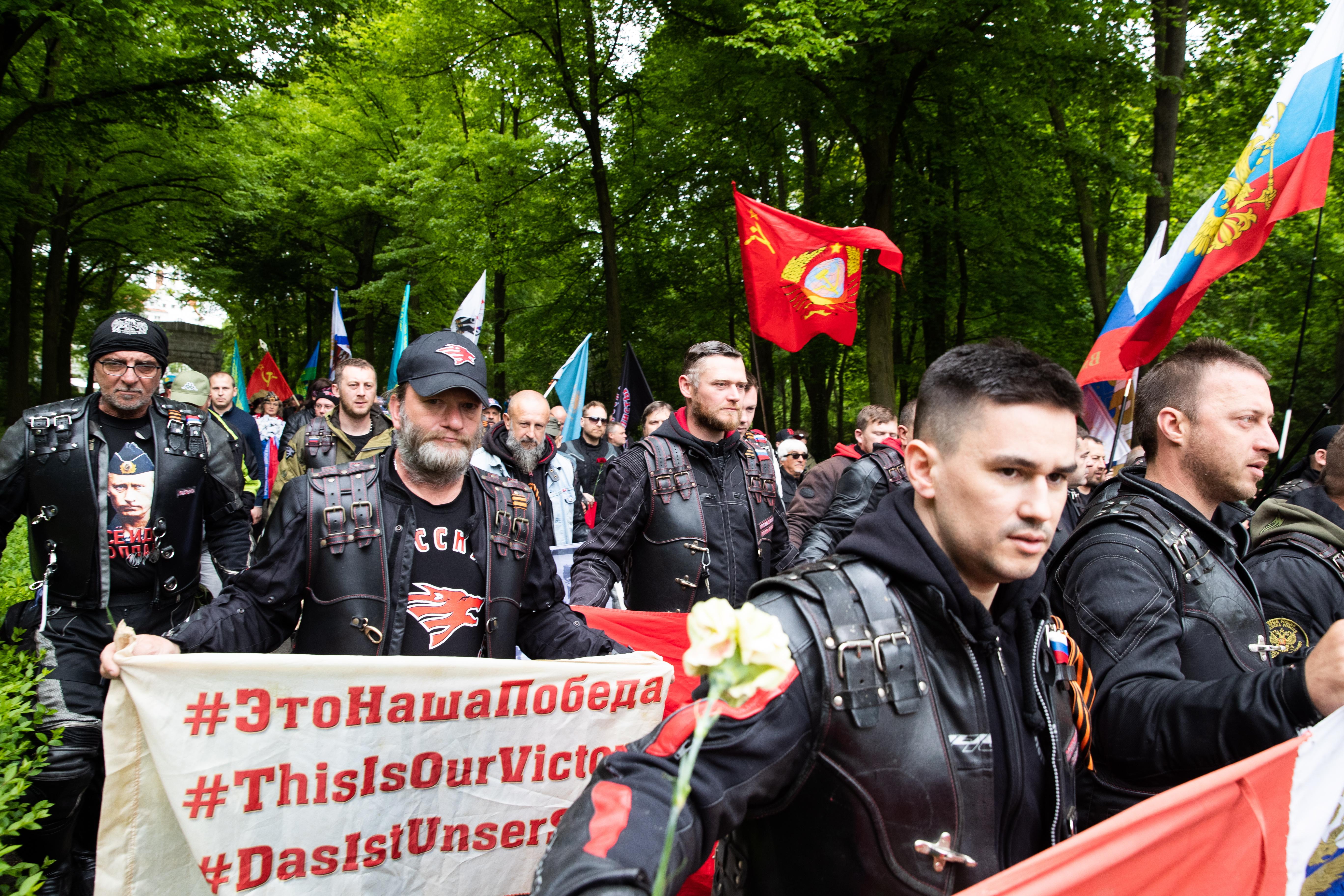Те отдадоха почит и положиха венци и цветя на Съветския военен мемориал в Берлин.