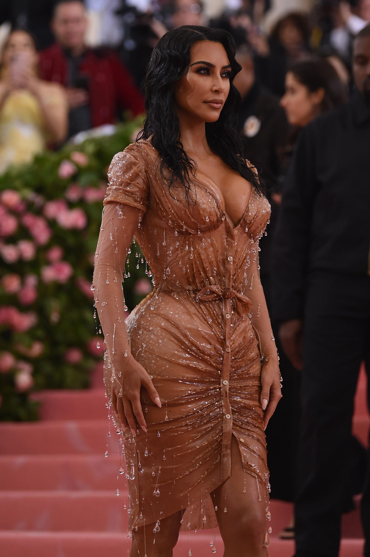 """Макар модните критици да отбелязаха, че Кардашиян изглежда възхитително, някои потребители в социалните мрежи разкритикуваха Ким, че изглежданереалистично.""""Плашите ли се от талията на Ким?"""", пише потребител на Туитър. Други хора също изказват подобни мнения."""
