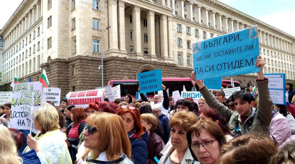 Медицински сестри от страната на протест пред МС (СНИМКИ)