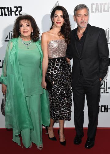 """Актьорът често се появява на събития заедно със своята съпруга, но в сряда вечер на червения килим, редом до двойката беше и тъщата на актьора. Триото присъства на британската премиера на """"Параграф 22"""" – новият минисериал с участието на 58-годишния Клуни, който режисира и два от епизодите."""