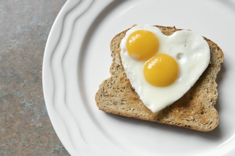 <p><strong>Яйца</strong></p>  <p>Можете да ги направите както на вас ви е вкусно.&nbsp;Яйцата са богати на протеин, който е много полезен и питателен и ще ви накара да забравите за каквато и да било друга закуска. Освен&nbsp;протеините, яйцата съдържат и други важни витамини и минерали, които ще ни накарат да поддържаме&nbsp;добър тонус&nbsp;и да запазим енергията си за по-дълго време.</p>
