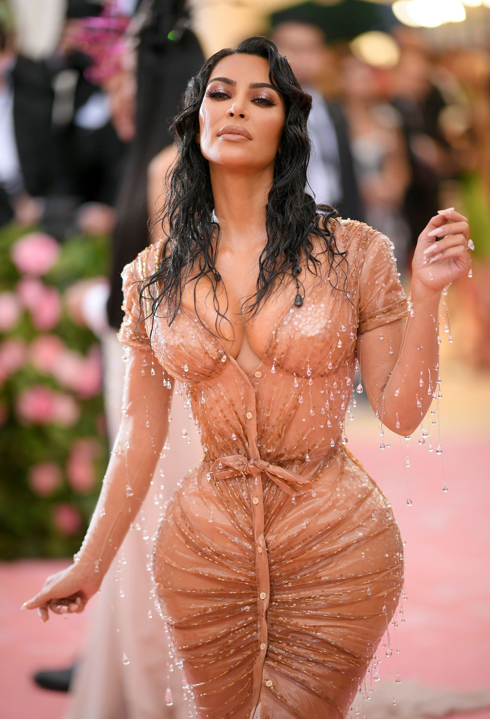Критици и почитатели още говорят за роклята на Ким Кардашиян