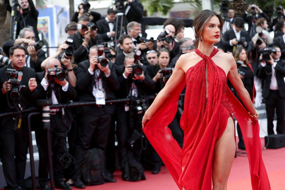 Алесандра Амброзио разходи безкрайни крака на червения килим в Кан