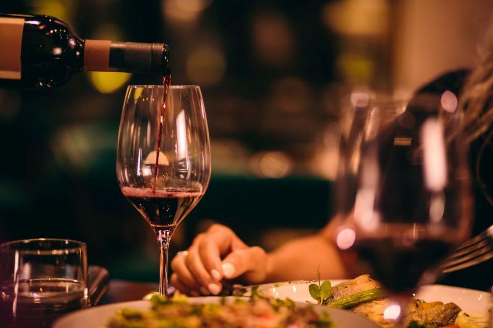 Скъпа грешка: Келнер сервира бутилка вино за 4500 лири на клиенти ...