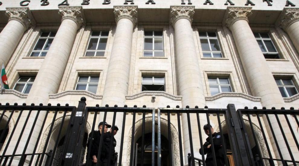 Масово сбиване пред Съдебната палата в София