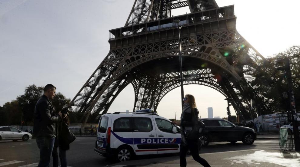 Мъжът, покатерил се по Айфеловата кула, се предаде на властите