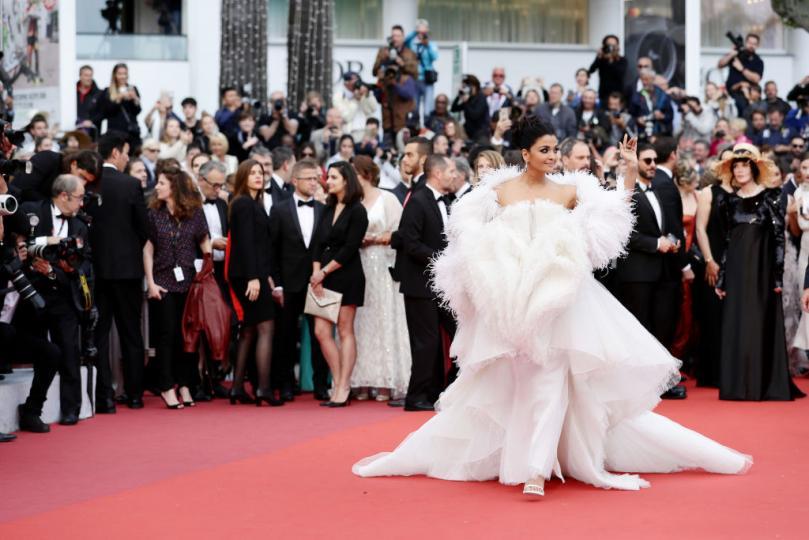 <p>На премиерата на френския филм&nbsp;&bdquo;La Belle Epoque&ldquo; от Никола Бедо&nbsp;по червения килим стъпиха имена като Марион Котияр, Наталия Водянова, Уилям Дефо и&nbsp;Айшвария Рай. Индийската актриса обаче привлече вниманието към себе си, появявайки се като&nbsp;&bdquo;бял лебед&rdquo;&nbsp;на червения&nbsp;килим. Тя бе избрала прекрасен тоалет от Ashi Studio.</p>