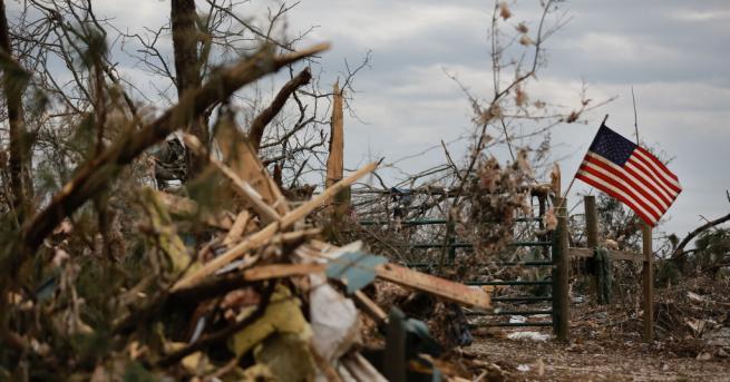 Най-малко 7 души са загинали при бурите, които връхлетяха няколко